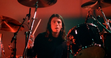 Dave Grohl joins Nirvana in 1990