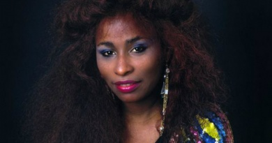 """Chaka Khan gets back on the charts in 1984 with Prince's """"I Feel For You"""""""